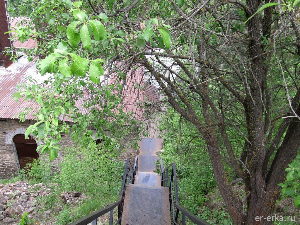 Лестница к зданию Порожской ГЭС