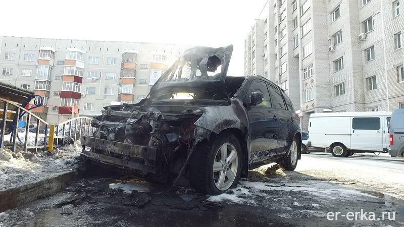 Сгоревшая машина из-за автоодеяла